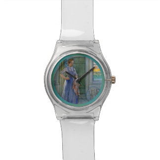 Washtubを見ている洗濯の女性 腕時計