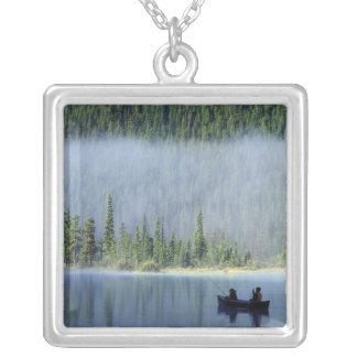 waterfowl湖、Banffので採取している男の子国民 シルバープレートネックレス