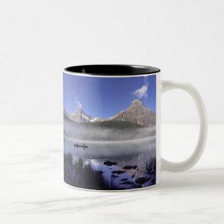 waterfowl湖、Banffのカヌーの漁師 ツートーンマグカップ