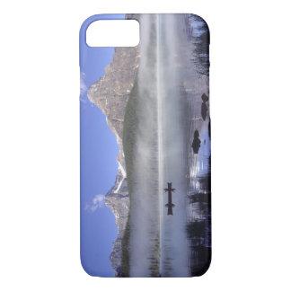 waterfowl湖、Banffのカヌーの漁師 iPhone 8/7ケース