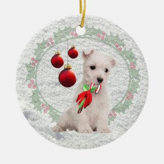 Westieの子犬は&Warmのクリスマスの願いを抱き締めましたり及び接吻します セラミックオーナメント