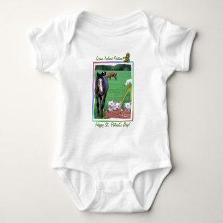 Westieの愛らしい子犬及びアイルランドの景色の牧草地 ベビーボディスーツ
