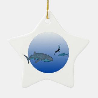 Whalesharkおよび自由なダイバー セラミックオーナメント