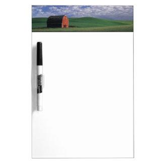 Whitmanのムギ及びオオムギ分野の赤い納屋 ホワイトボード