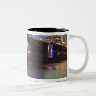 Willametteの川上のMorrison橋 ツートーンマグカップ