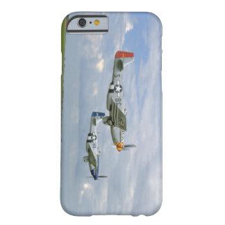 。_WWIIの飛行機を過ぎ去っている2匹のP51ムスタング BARELY THERE iPhone 6 ケース
