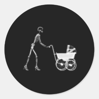X線の骨組女性及び乳母車- B&W ラウンドシール
