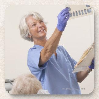 X線を検査しているメスの歯科衛生士 コースター