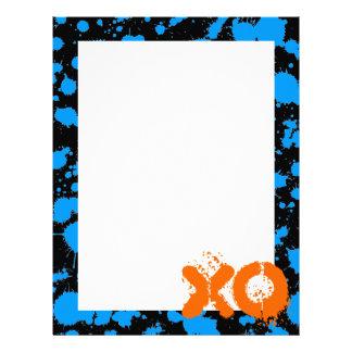XOの落書きの芸術の黒くおよび青90s (ばちゃばちゃ)跳ねるのペンキ レターヘッド