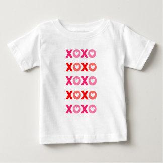 XOXOの抱擁及びキスのバレンタインの服装のファッション ベビーTシャツ