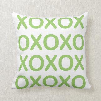 XOXOの緑および白い枕 クッション