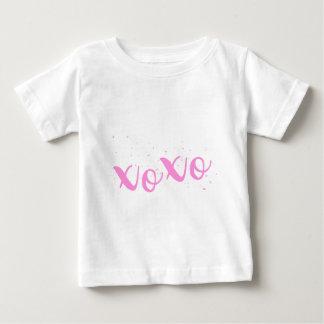 xoxoピンクのトレンディー ベビーTシャツ