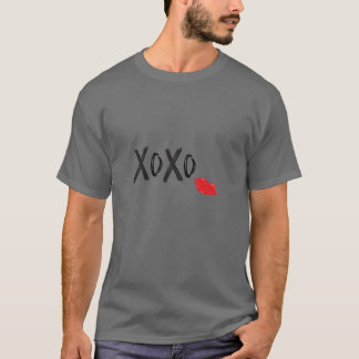 XoXo抱擁キス赤唇のカッコいい Tシャツ