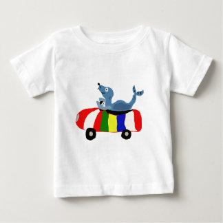 XXビーチボール車を運転するおもしろいなシール ベビーTシャツ