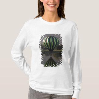 Yakimaの川2上の熱気の気球 Tシャツ