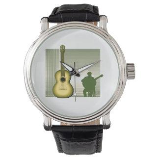 yellow.pngを坐らせているアコースティックギタープレーヤー 腕時計