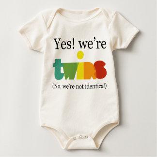 Yes! 私達は双生児です ベビーボディスーツ