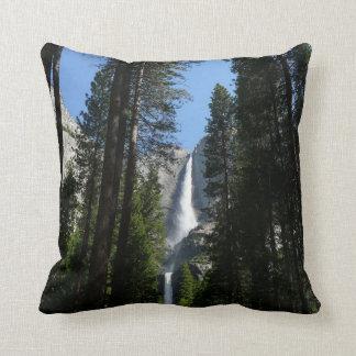 Yosemite Fallsおよび森の景色の写真撮影 クッション