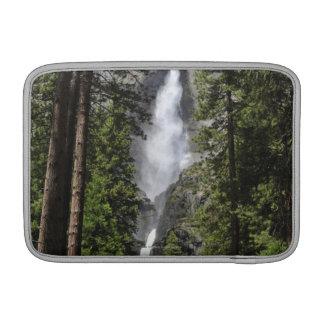 Yosemite Fallsのヨセミテ国立公園 MacBook スリーブ