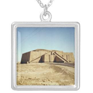 zigguratの北東正面、紀元前のc.2100 シルバープレートネックレス